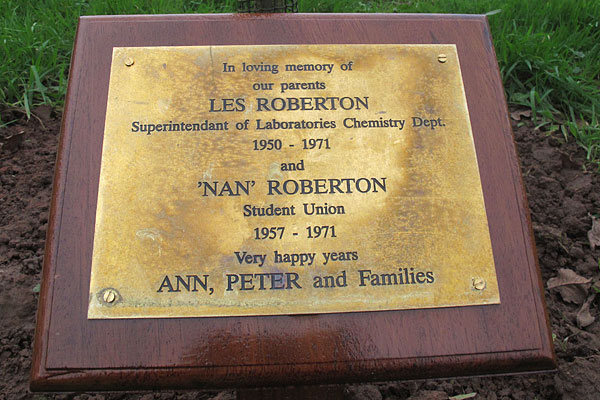 Les and Nan Robertson plaque