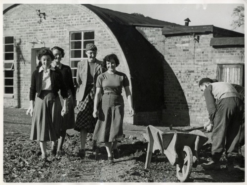 Huts and girls 1950s, Keele
